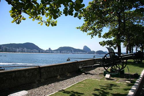 http://visaocarioca.com.br/wp-content/uploads/2008/09/forte-de-copacabana-12.jpg