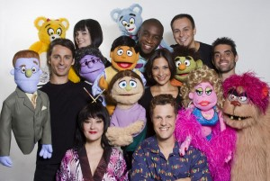 Elenco de Avenida Q: sinergia entre humanos e bonecos