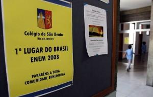 Colégio São Bento comemora a colocação com cartazes nos corredores