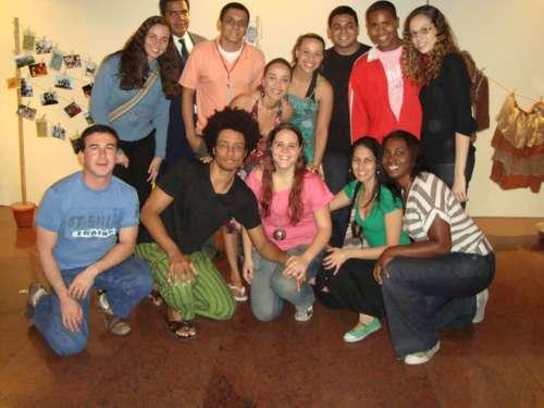 Foto Especial como todo o elenco e a diretora Marcela Rodrigues, agachada no meio.