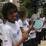 Bateria Mirim TIM Música nas Escolas comanda bloco de Carnaval na Tijuca